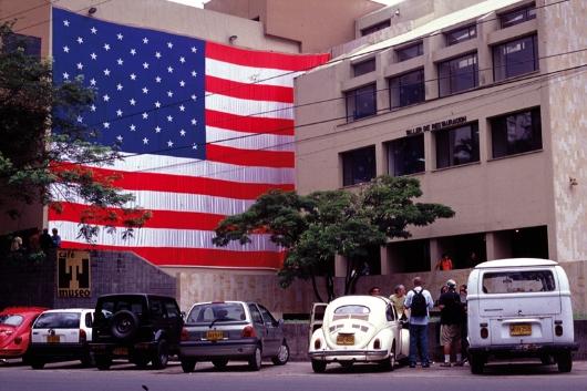 5th Festival: Santiago Sierra, 1 Lona Suspendida de la Fachada de un Edificio, 2002